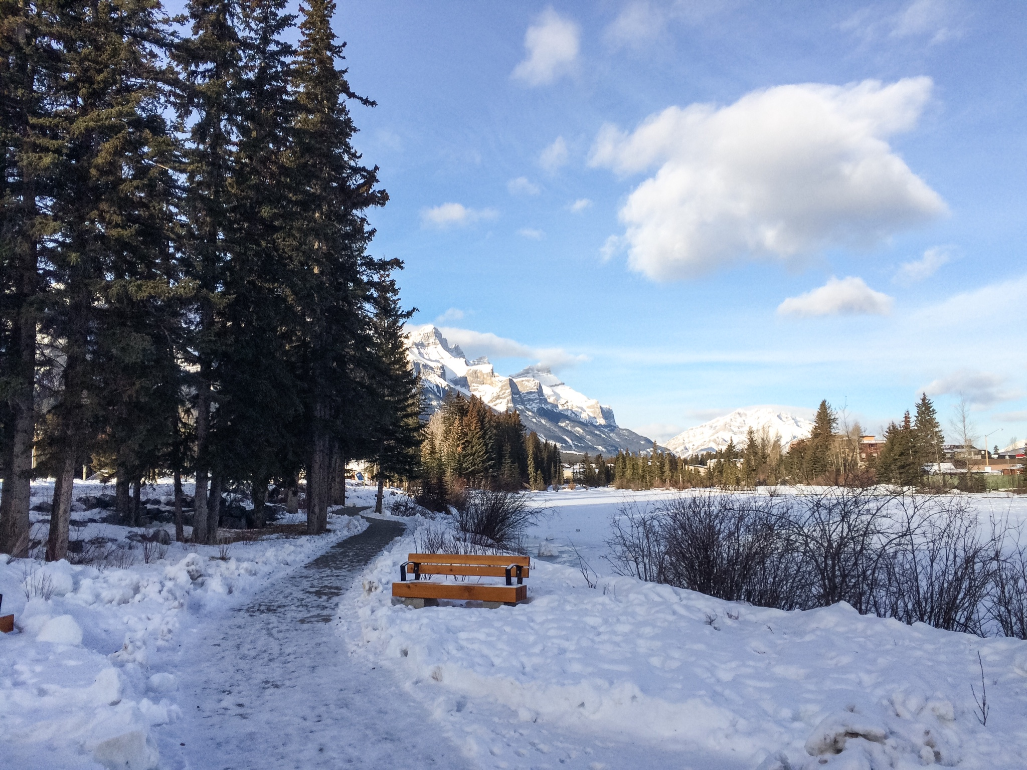 Sti langs Bow River i Canmore.
